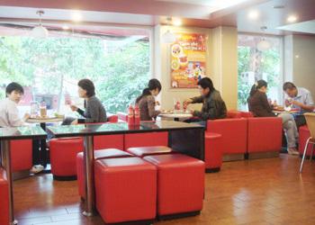 Với không gian thoáng mát, hiện đại, nhiều khách Teen thích ngồi KFC