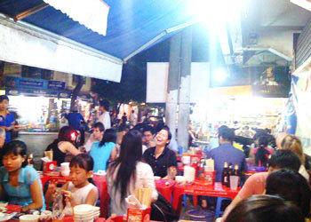 Một quán ăn vỉa hè trên phố Hàng Buồm. Ảnh: H.N