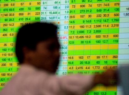 Một số nhà đầu tư đang đặt nhiều hy vọng vào việc Ngân hàng Nhà nước điều chỉnh giảm lãi suất cơ bản trong những ngày tới. Ảnh: Hoàng Hà.