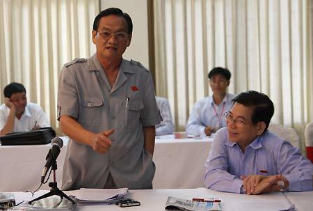 Chủ tịch nước Nguyễn Minh Triết lắng nghe đại biểu Trần Du Lịch phát biểu tại phiên họp tổ sáng nay. ẢNh: Trần Dũng