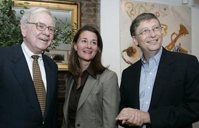 Warren Buffet (trái) và Bill Gates (phải) là hai tấm gương sáng cho các doanh nhân thế giới. Ảnh: Reuters.