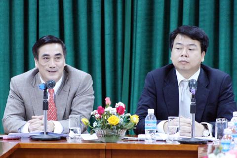 Thứ trưởng Bộ Tài chính Trần Xuân Hà (trái) thông báo về kết quả phát hành trái phiếu quốc tế. Ảnh: N.M