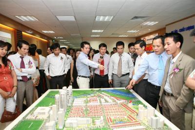 Khách hàng tham quan mô hình dự án Him Lam Kênh Tẻ và Him Lam Riverside tại Sàn giao dịch Him Lam Land Hà Nội.