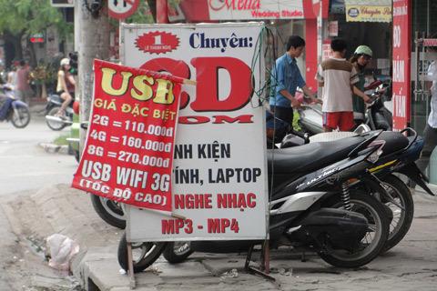 Các điểm bán USB hàng ngoài đang nở rộ Ảnh: Xuân Ngọc