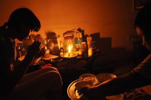 Nhiều khu vực ở Hà Nội vẫn bị mất điện. Ảnh: N.M