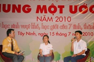 Phạm Thị Thu Hiền (giữa) và Nguyễn Văn Lành (bên phải) chia sẻ về công việc làm thêm trong mùa hè này.