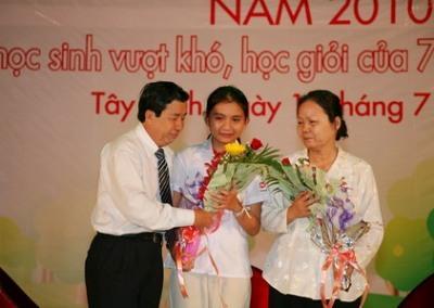Phút xúc động của Nguyễn Ngọc Tú và mẹ nuôi khi được tôn vinh trong lễ trao học bổng