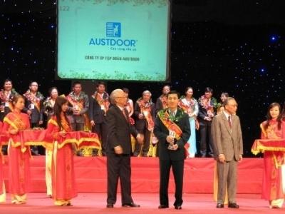 Ông Dương Quốc Tuấn, Chủ tịch HĐQT, TGĐ Tập đoàn AUSTDOOR nhận giải thưởng