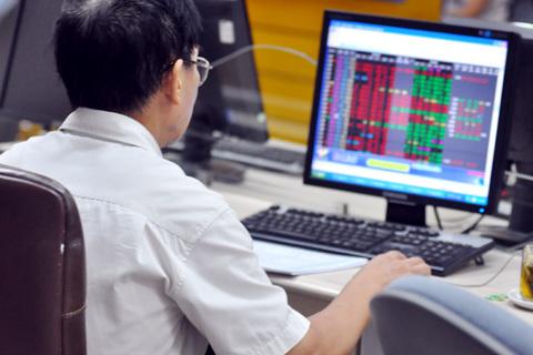 Vn-Index tăng điểm trở lại nhưng thanh khoản thị trường vẫn ở mức thấp. Ảnh: N.M