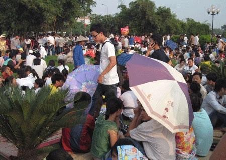 Nhiều người thuê chiếu với giá 30.000 đồng một chiếc để chờ đến giờ vào xem lễ bế mạc.