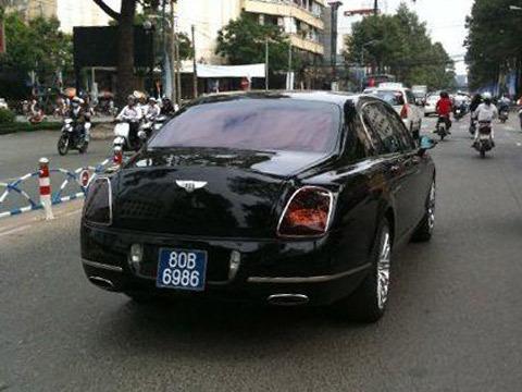 Bentley mang biển số xe công trên đường phố Sài Gòn. Ảnh do bạn đọc cung cấp.