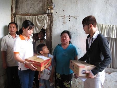 Cùng đi với phái đoàn đến vùng vũ trong đợt cứu trợ này còn có sự góp mặt của ca sĩ Ưng Hoàng Phúc.