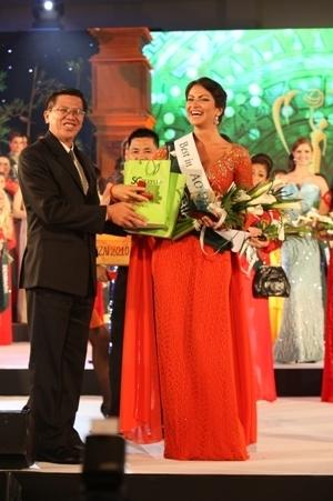 Ông Nguyễn Văn Thoại đại diện Công ty CP Mỹ phẩm Sài Gòn trao giải thưởng Miss Áo dài cho hoa hậu Serbia.