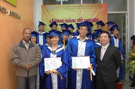 Ông Lê Linh Lương, Giám đốc trường lên phát biểu.