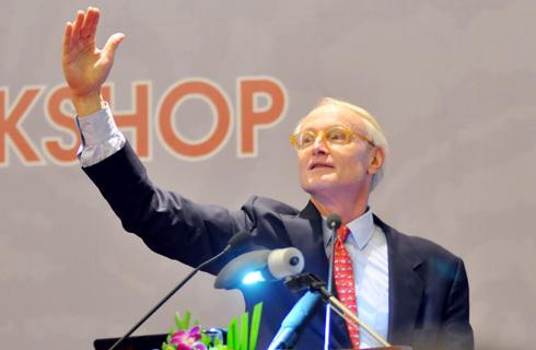Giáo sư Michael Porter tại lễ công bố Báo cáo Năng lực cạnh tranh Việt Nam 2010. Ảnh: N.M