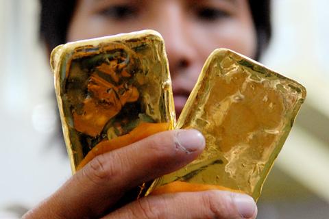 Không có sàn giao dịch tập trung, giá vàng trong nước nhiều thời điểm tách rời giá thế giới. Ảnh minh họa: Hoàng Hà