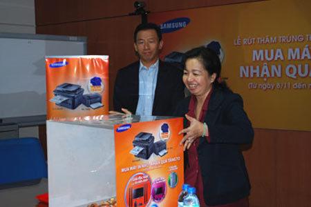 Ông Haewoon Kang- giám đốc kinh doanh và tiếp thị ngành hàng IT Samsung Vina và đại diện sở Sở Công Thương kiểm tra tính hợp lệ của thùng phiếu.