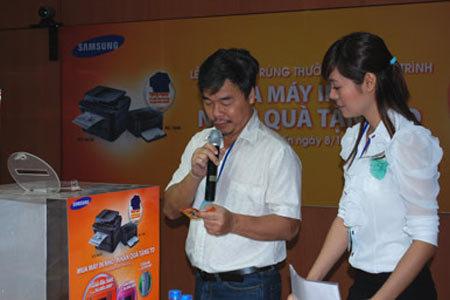 Người tiêu dùng đang đọc tên người trúng giải của chương trình.