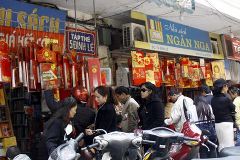 Ngày cuối năm, khu vực các quầy bán lịch trên phố Đinh Lễ nhộn nhịp người mua người bán. Ảnh: L.Q