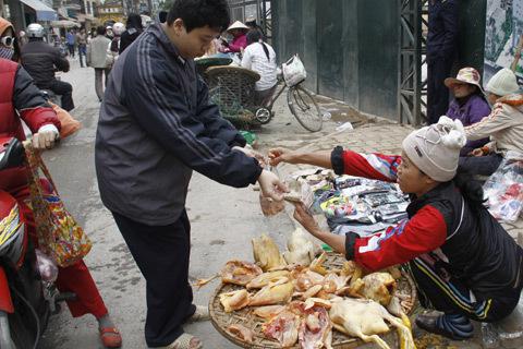 Người tiêu dùng nên hỏi kỹ nguồn gốc các loại thịt gà bán tại chợ. Ảnh: L.Quân
