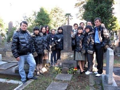 Đoàn HS-GV Đuốc Sáng Đông Du thăm mộ Trần Đông Phong tại nghĩa trang Tokyo.