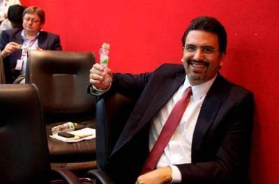 Mr. Martin Gil - đại diện Công ty Coca-Cola Đông Dương và hình ảnh chai Dasani sau khi xoắn.