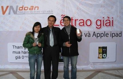 Nguyễn Thị Tho, Nguyễn Văn Minh  là những chủ nhân của chiếc Apple iPhone 4 và iPod Nano.