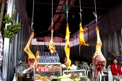 Tại bến đò Thiên Trù ở chùa Hương, thịt thú rừng bán công khai với giá dao động từ 200.000- 500.000 đồng một kg, tùy loại. Ảnh: Tuệ Minh