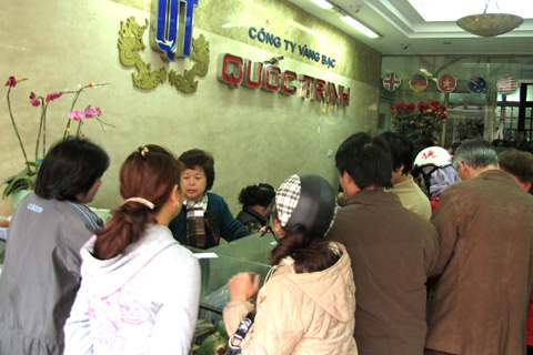 Ngay khi giá vàng vọt hơn 38 triệu đồng một lượng, khách đến giao dịch tại các cửa hàng trên phố Hà Trung đều tăng so với các ngày trước. Ảnh chụp tại cửa hàng Quốc Trinh sáng 19/2. Ảnh: Tuệ Minh