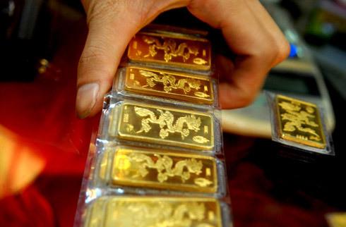 Có thể không còn được mua bán vàng miếng tự do như thế này nữa. Ảnh: Hoàng Hà