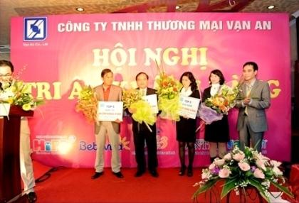 Ông Dương Tiến Việt- Giám đốc Công ty TNHH TM Vạn An trao thưởng khách hàng Vip 2010 tại Hà Nội.