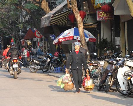 Mỗi người bán dạo khu vực phố cổ phải đi bộ trên dưới 30 cây số mỗi ngày. Ảnh: Xuân Ngọc