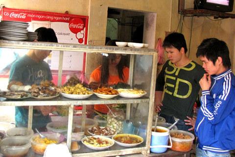 Giá cả tăng, nhiều quán ăn bình dân đắn đo lựa chọn kế sách để níu chân khách. Ảnh minh họa: Tuệ Minh