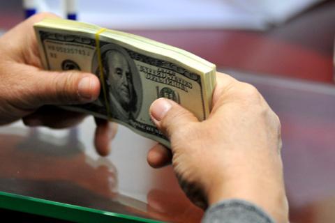 Đang hình thành hai xu hướng đầu tư sau khi lãi suất huy động USD xuống mức trần 3% một năm. Ảnh minh họa: Hoàng Hà