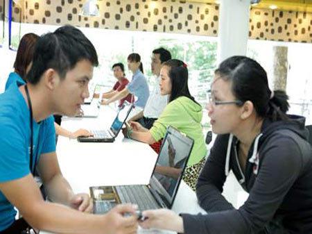 Nhân viên đang tư vấn sản phẩm cho khách hàng.
