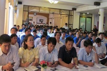Các nhân viên phát triển thị trường chăm chú nghe giới thiệu về Sim Vietpay.
