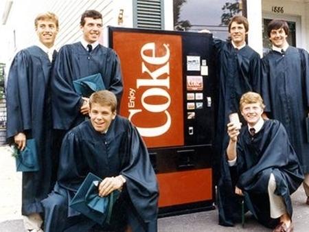 Người uống Coca Cola thường có bằng tốt nghiệp đại học. Họ cũng có xu hướng nói được nhiều hơn một thứ tiếng.