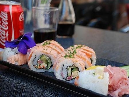 Người thích Coca Cola là những người sành ăn. Họ thích sushi và trứng cá muối.