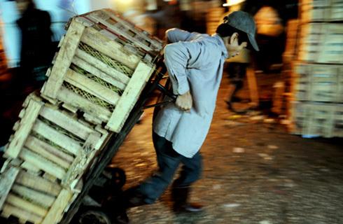 Lạm phát cao sẽ đánh mạnh vào đời sống của tầng lớp lao động nghèo. Ảnh minh họa: Hoàng Hà