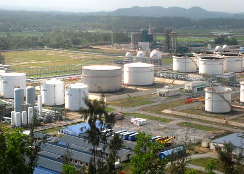 Những bồn chứa xăng dầu ở nhà máy lọc dầu Dung Quất chỉ đủ cung ứng cho thị trường trong vòng 1 tuần sau khi tạm dừng để bảo dưỡng. Ảnh: Trí Tín