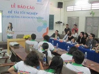 MC Thanh Bạch tham gia hội đồng báo cáo đồ án liveshow, một bài hát