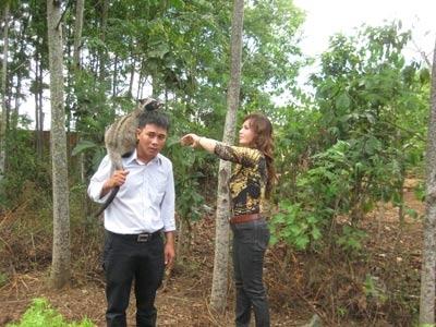 Chị Nga và anh Khánh tại trang trại chồn KrongPak  tỉnh Đắc Lắc