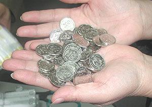 Tiền xu ngày mới lưu thông được người dân háo hức chào đón, nhưng dần dần bị hờ hững. Ảnh: PV