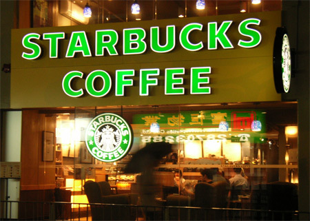 Từ khi thành lập, đến nay Starbucks đã 2 lần thay đổi logo. Logo mới nhất không còn từ Starbucks và coffee.