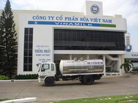 Xe bồn lạnh của Vinamilk chở sữa bò tươi nguyên liệu thu mua từ nông dân về đến nhà máy.
