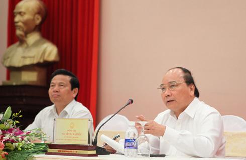 Bộ trưởng - Chủ nhiệm Văn phòng Chính phủ Nguyễn Xuân Phúc (phải) và Bộ trưởng Thông tin Truyền thông Lê Doãn Hợp tại phiên họp báo chiều 24/7. Ảnh: QĐ