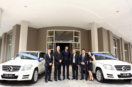 Đại diện Ban giám đốc Vietnam Star, Mercedes-Benz Việt Nam, Khách sạn Hotel de lOpera Hanoi và Công ty TMDV Sông Hồng tại lễ bàn giao xe mới.