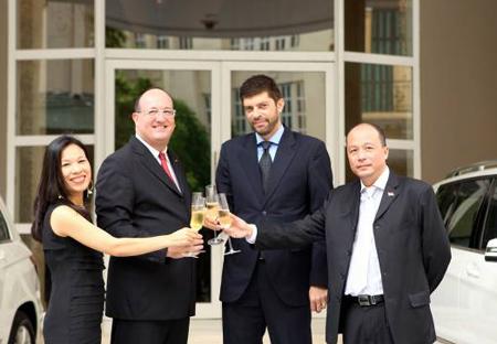 Bà Hương Giang-trưởng phòng kinh doanh cao cấp Vietnam Star, Ông Alexander Thomson-Giám đốc Vietnam Star Hanoi, Ông Olivier Delangre-Tổng giám đốc Hotel de lOpera Hanoi và ông Lê Công Hoàng-Tổng giám đốc công ty DVTM Sông Hồng tại buổi lễ.