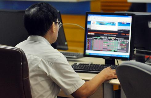 Vn-Index tiến gần hơn về mốc 390 điểm. Ảnh minh họa: Nhật Minh