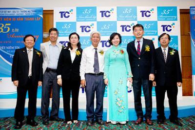 Ban lãnh đạo Công ty chụp hình kỷ niệm cùng Bà Hồ Thị Kim Thoa - Thứ trưởng Bộ Công Thương nhân dịp Lễ kỷ niệm 35 năm thành lập Công ty.